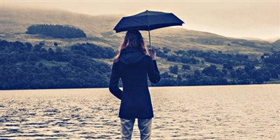 11412-woman-umbrella-lake.400w.tn